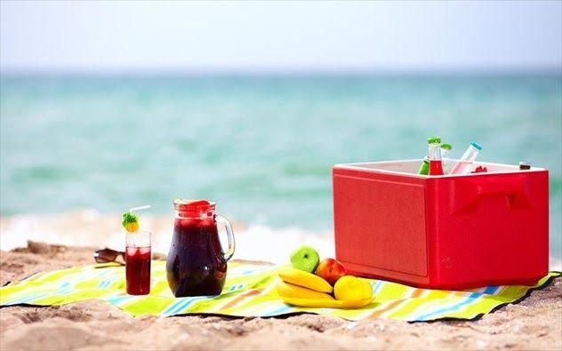 Τι να πάρετε μαζί σας στην παραλία έτσι ώστε να μείνετε χορτάτοι να δροσιστείτε και να μη χαλάσετε πολλά χρήματα.Η ώρα της παραλίας έχει ήδη φτάσει και εν μέσω οικονομικής κρίσης είναι ιδιαιτέρως ακριβή η κατανάλωση τροφίμων και ποτών από την καντίνα την καφετέρια ή το εστιατόριο της παραλίας. Είναι ευκαιρία λοιπόν να στραφούμε σε σπιτικές λύσεις που είναι άλλωστε πιο υγιεινές και κοστίζουν λιγότερο. Γι αυτό και όλο πιο συχνά στην παραλία κάνουν την εμφάνιση τους τα ψυγεία της παραλίας. Στην…