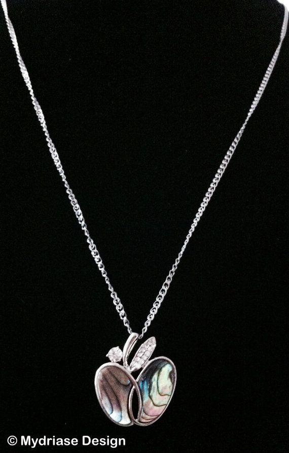 Collier avec pendentif en forme de pomme garnis de coquillages.