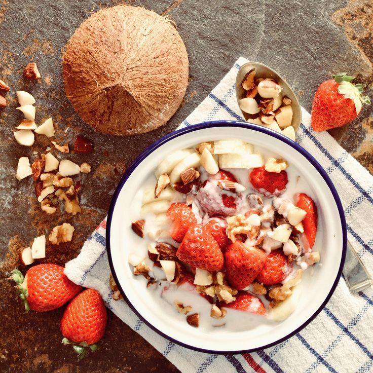 Kokosmylk med banan, jordgubbar och nötter. Receptet finns i meny 17. 😊 🌱  www.allaater.se