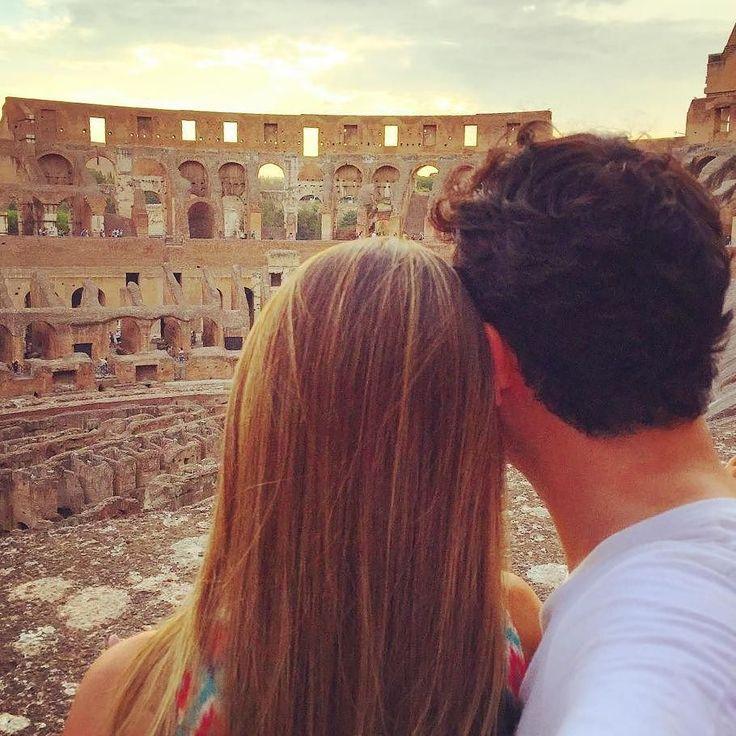 Coliseu um dos monumentos históricos mais importantes de Roma. A gente vê nos livros nos filmes e não acredita quando o vê pela primeira vez...  .  De @priscillassuncao .