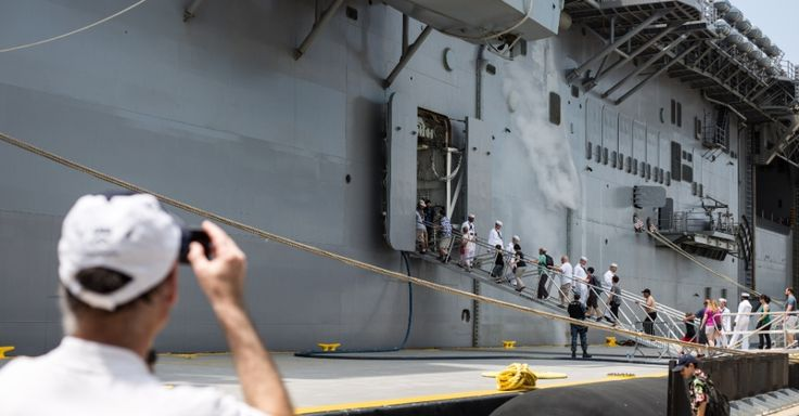 Visitante fotografa o USS Bataan (LHD-5) em porto de Nova York, EUA. Homens e mulheres do serviço das forças armadas dos EUA visitam a cidade de Nova York como parte das comemorações do Memorial Day, feriado norte-americano que homenageia os americanos mortos em combate
