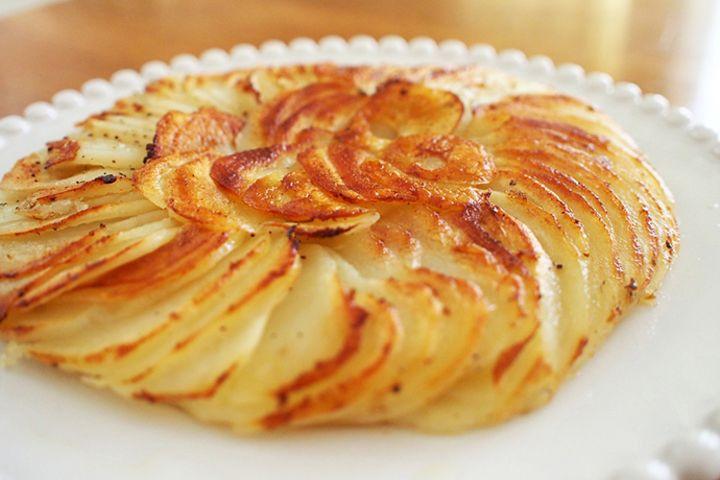 新じゃがの美味しい季節がやってまいりました。そのせいでしょうか?ハッセルバックポテト、クリームポテトやエッグスラット、変わりフレーバーのフライドポテトや塩肉じゃがなど、いろんなジャガイモ料理が次々と話題になってるように感じます。中でも注目を集めているのが、スウェーデンの家庭料理「ハッセルバックポテト」。