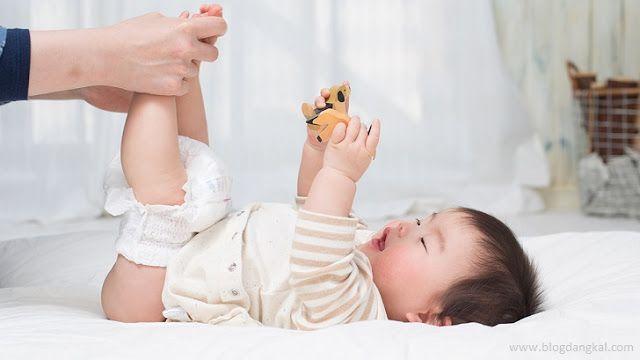 Ruam Popok pada Bayi  Sebelum dilanjutkan - berikut definisi dari ruam popok pada bayi. Ruam popok merupakan proses peradangan atau iritasi yang terjadi pada bagian kulit bayi yang tertutup oleh popok misalnya pada bagian bokong. Ruam ini biasa terjadi disebabkan oleh dampak dari urine atau feses yang terkena pada kulit lalu timbul reaksi yang ditandai munculnya kemerahan pada kulit bagian bokong buah hati. Ruam Popok pada Bayi  Itulah kenapa bayi kerap menangis saat dirinya merasa tidak…