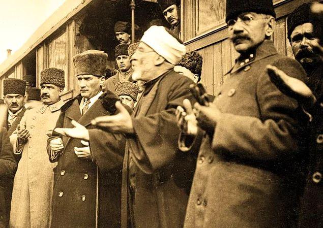 """Atatürk'ün Herkes Tarafından Bilinmeyen Özellikleri:  Atatürk'ün Herkes Tarafından Bilinmeyen Özellikleri:  İlk mecliste bir oturum sırasında üyelerden biri laikliğin ne manaya geldiğini anlamadığını söyleyince Gazi çok sinirlenmiş ve elini kürsüye vurarak bir din bilgini olan üyeye cevap vermişti: """"Adam olmak demektir hocam, adam olmak!"""""""