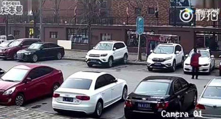 Sucedió en China hace unos días. Un conductor de un flamante y bonito BMW de color blanco trata de aparcar su vehículo y justo cuando todos piensan que ya lo ha conseguido hace algo que deja a todo el mundo sorprendido y que es la razón por la cual el vídeo se ha hecho viral. Tras una serie de maniobras para dejar su vehículo, y para las que incluso el conductor recibe la ayuda externa de otra persona, de repente éste pisa el acelerador haciendo que el BMW quede aparcado en un lugar…