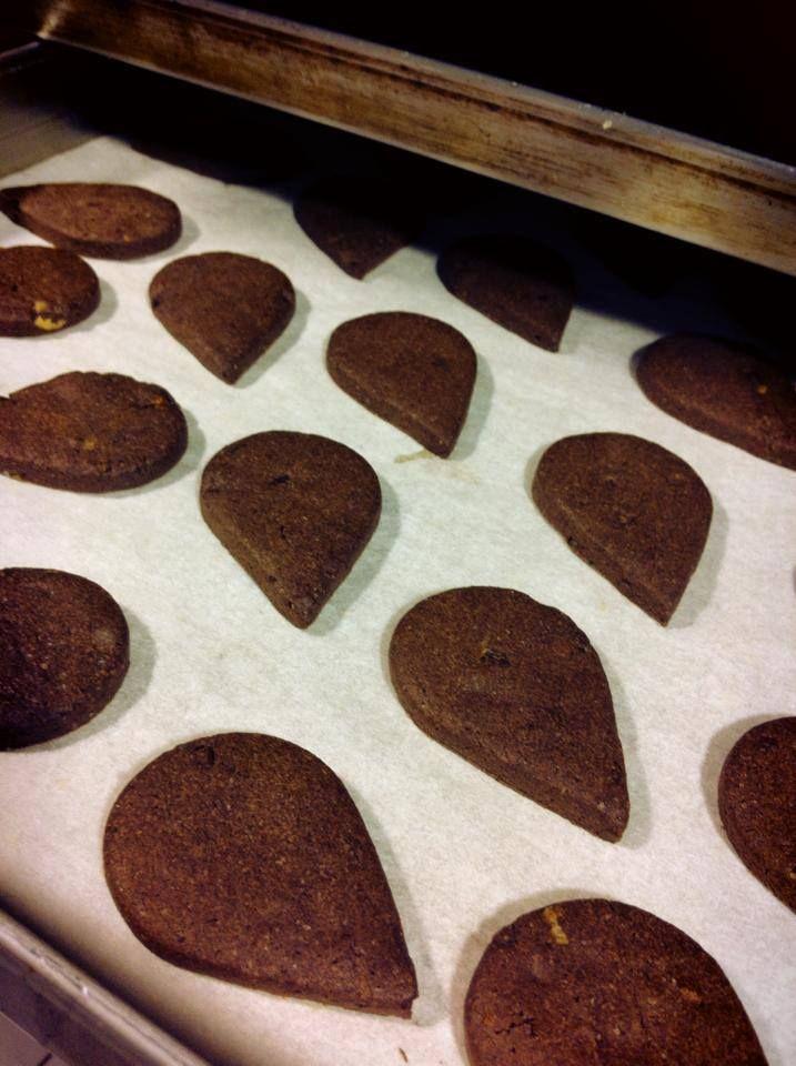 Appena usciti dal forno, gocce di cioccolato e arancia candita. Perfetto per chiudere il pranzo con un caffè caldo!
