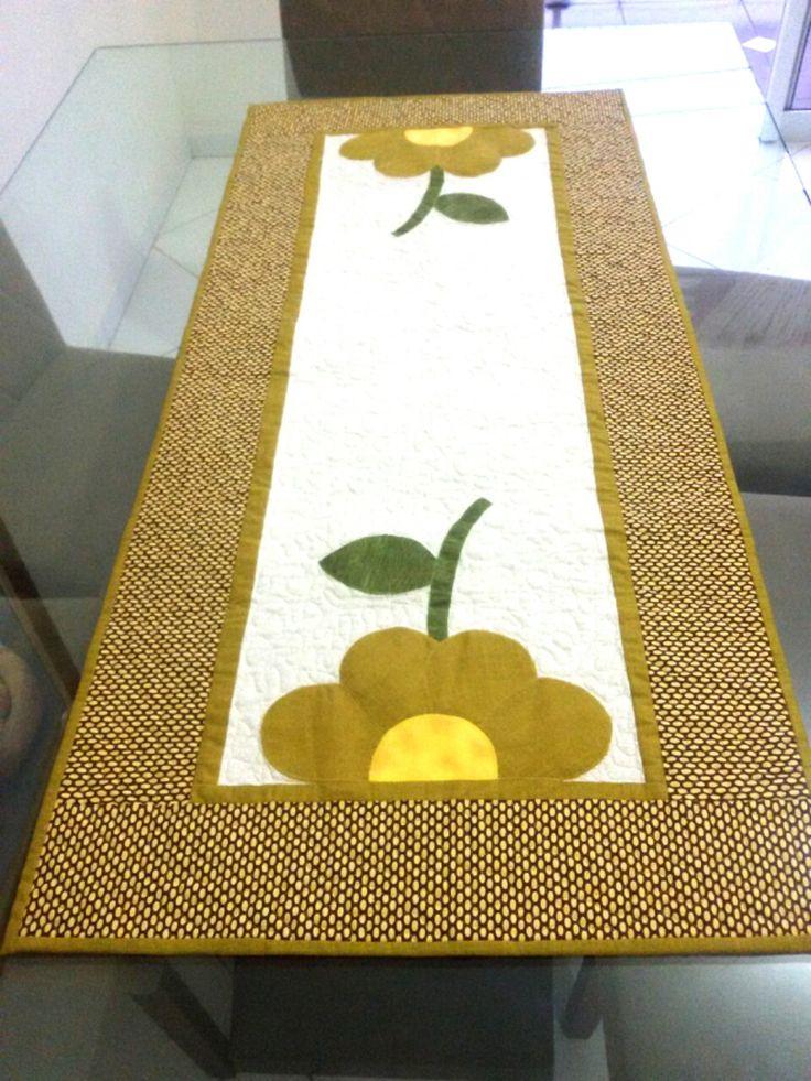 Trilho de Mesa em patchwork. Todo quiltado, com acabamento feito à mão. Muito fino !!!! Aceitamos encomendas: tamanhos e cores conforme gosto.