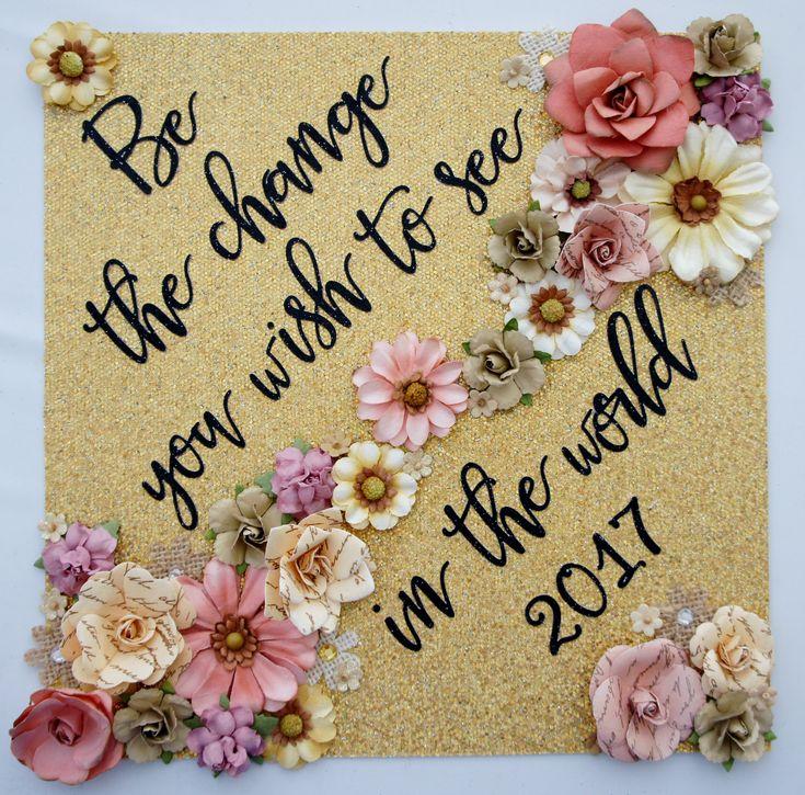Abschluss-Kappen-Dekoration Seien Sie die Änderung, die Sie im Weltabschluss-Deckel mit Blumen sehen möchten. Fertigen Sie Farben und Sprichwort besonders an