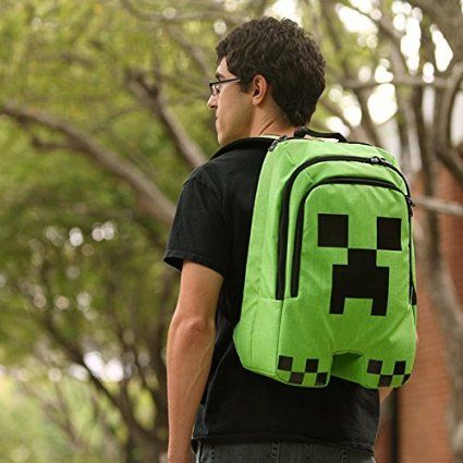 Con esta Mochila Minecraft Creeper, es la mejor forma de llevar contigo tu afición por Minecraft. Sus tres cremalleras y interior acolchado, sirve tanto para llevar las cosas del cole, como un portátil. Tranquilo, este Creeper no explota como el del juego. #accesorios #complementos