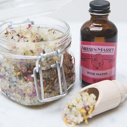 #DIY Voor een heerlijk zachte #huid maak je zelf deze body scrub met rozenwater. Meng 500 gr grof zeezout, 1 kopje olijfolie en 2 el rozenwater met 2 el gedroogde lavendel en een handvol gedroogde bloemblaadjes. Je kan de #scrub ongeveer 2 maanden bewaren in een afgesloten glazen pot. #dilleenkamille #dillekamille