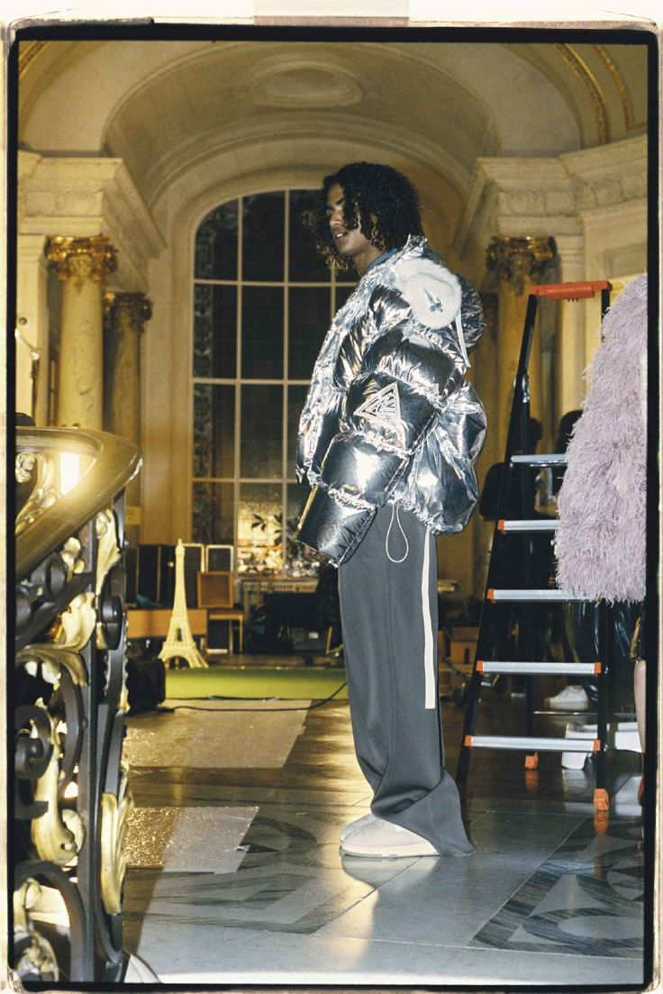 Lanvin apuesta por su estética urban-deluxe para su colección Fall-Winter 2021 Fashion News, Latest Fashion, Fashion Beauty, Mens Fashion, Lanvin, Fashion Show Collection, Celebrity Style, Kimono Top, Vogue