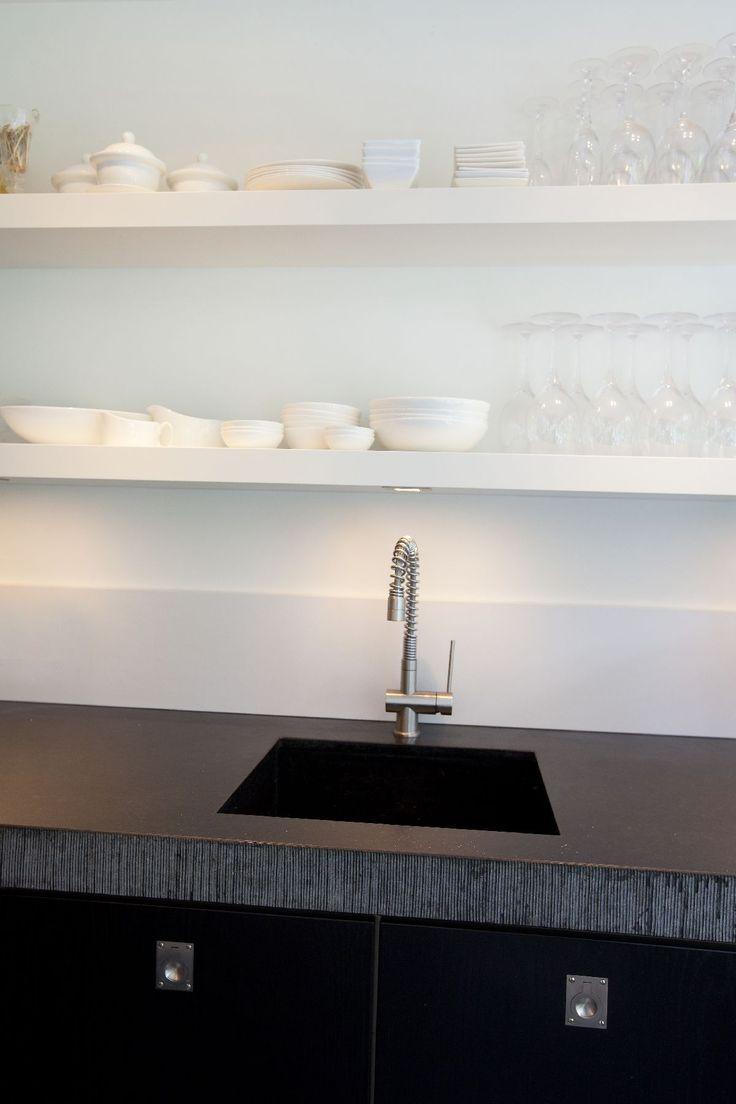 Strak, robuust en functioneel, dat zijn de eerste kenmerken van de keuken die Hubbers interieurmakers maakte voor de bewoners van een landhuis in Ede. Het ontwerp is van Evert van de Peppel en vormt een staalkaart van vakkennis en kunde van het Hubbers-team: fronten van rustiek eiken, zware hardstenen bladen met handmatig gefrijnde rand en als 'geheim van de smid' een schouw en achterwand van blauw staal.