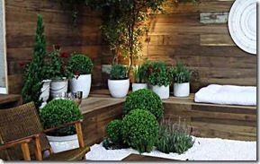 A madeira de demolição revestindo paredes externas dão um toque especial ao jardim