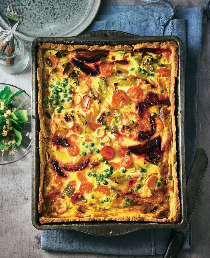 Das Teigbett teilen Rote Bete, Möhren, Porree, Erbsen und Pastinaken - der Guss aus Schmand, Eiern und Bergkäse deckt alles fein zu. Ein Träumchen!