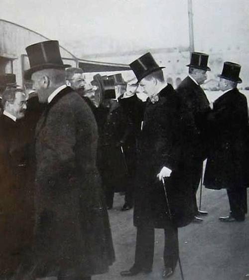 1908: D. Manuel II de cartola, aguardando o seu pai, o Rei D. Carlos, e o seu irmão, D. Luís Filipe, que chegavam de Vila Viçosa, uma hora antes do Regicídio, no dia 1 de fevereiro.   Fonte: Jornal inglês The Bystander, de 12 de fevereiro de 1908. [x]