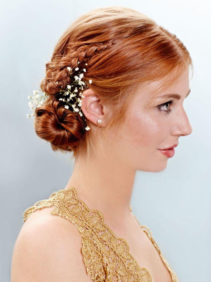 Warum nicht einfach mal zu Weihnachten ein paar Blumen ins Haar stecken? Mit unserer Anleitung könnt ihr diese Flechtfrisur ganz einfach nachmachen:Zunächst dreht ihr die Haare mit einem Lockenstab ein. Dann teilt ihr zwei Strähnen ab, die ihr zu einem seitlichen, französischen Zopf nach hinten flechtet und mit Haarnadeln fixiert. Das restliche Haar schlagt ihr locker im Nacken ein und steckt es fest. Dann zupft ihr noch ein paar Strähnen heraus, um die Frisur etwas zu lockern. Als Finish…