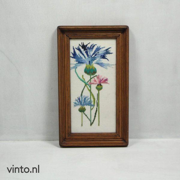 Vintage schilderij met geborduurde bloemen http://www.vinto.nl/