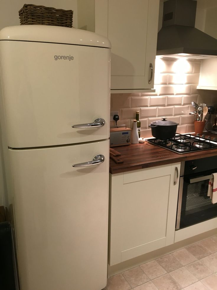 So glad we bought the Gorenje instead of the Smeg - it's beautiful in our new kitchen ❤️❤️ #retro #cream #fridge #gorenje