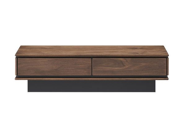 全体を包むウォールナット材の木目や節目がモダンな空間に似合うリビングテーブル。天板・前板・側板の3面を繋ぐ繊細な仕上がりは落ち着いた佇まいを感じさせ、本体よりもシェイプされたブラックベース部分が存在感を際立たせます。