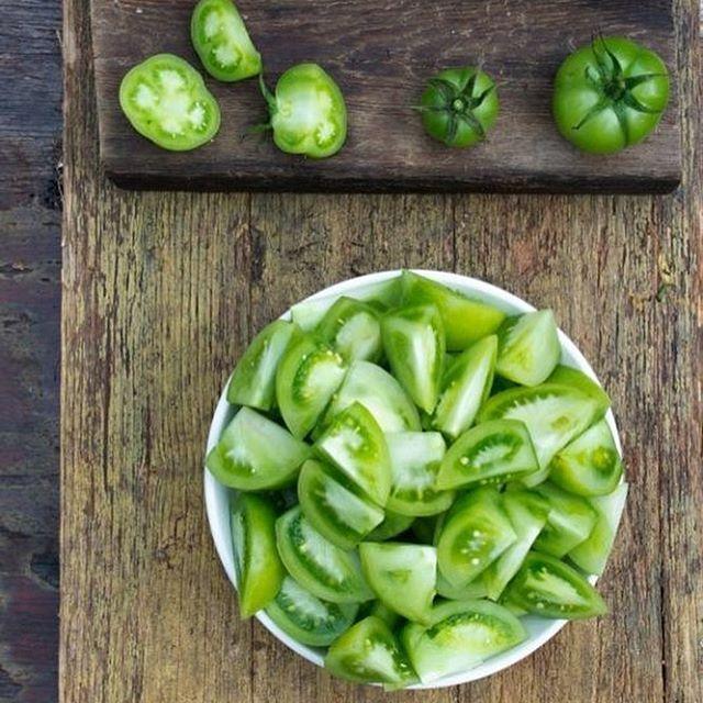 Preparando los últimos #tomatesconsabor del año ( creo) para encurtir. 😋🌱💚🍅💚 Y a pesar del día gris,  veo una luz muuuuy verde con este fin de semana por delante.👌 ¡¡A disfrutar se ha dicho!! #ElHuertodeTíaLoU #CultivosSanos #SlowFood #Slowlife #tomates #tomato #tomatoes #organic #greentomatoes #huerto @urbanorganicgardener @thefeedfeed.vegan #green #friday #bytialou #food #foodporn #foodpic #vegetables #veduras #veganfood
