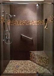Frise en mosaïque et granit dans une douche à l'italienne