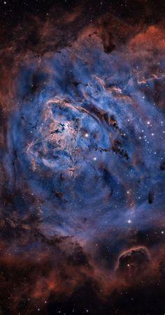 A tan sólo unos 5000 años luz de distancia, la Nebulosa de la Laguna es tan grande y brillante que se puede ver sin telescopio hacia la constelación del Arquero (Sagitario). La nebulosa majestuosa se llena de gas caliente y es hogar para NGC 6530. un cúmulo abierto que se formó en la nebulosa solamente hace varios millones de años. La imagen ofrecida fue tomada en la luz emitida por el hidrógeno (que se muestra en marrón), azufre (rojo) y oxígeno (azul) y se muestra en color mejorada…