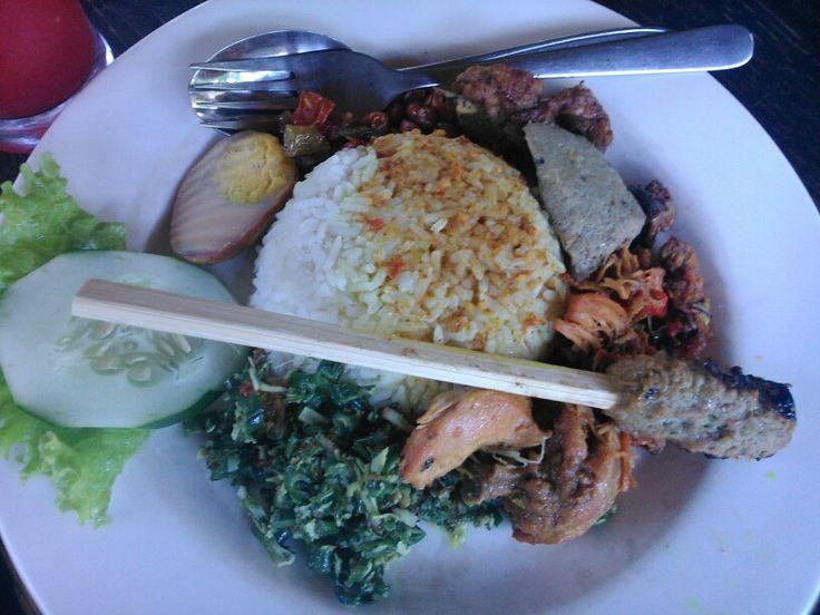 Bu Mangku's main course Nasi Ayam Kadewatan