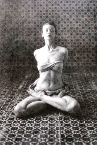 1946, Dorian Leigh practicing yoga in New York, America (vintage yoga photo)