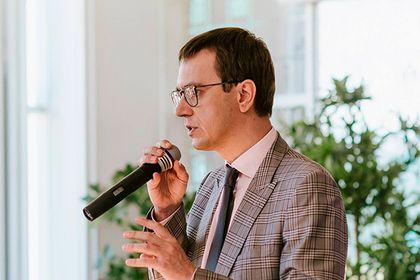 Украинский министр распек железнодорожников за ситуацию с поездом Саакашвили       Руководство «Укрзализныци» должно оставаться в правовом поле и сосредоточиться на своих прямых обязанностях. Так министр инфраструктуры Владимир Омелян прокомментировал ситуацию, сложившуюся с задержанным в Польше поездом «Интерсити», в котором находится бывший одесский губернатор Михаил Саакашвили.