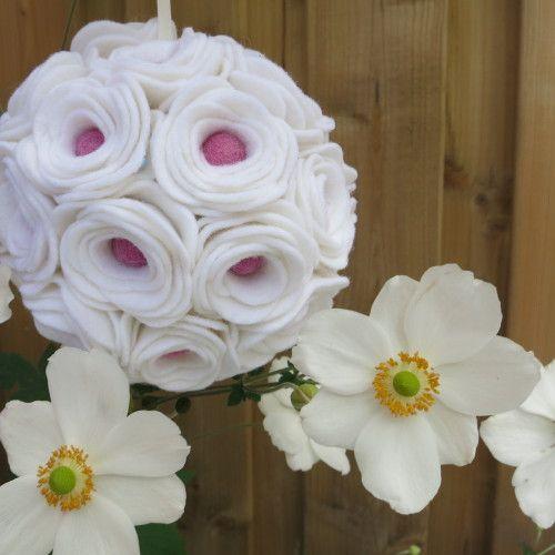 Bruidsboeket van vilt: de Pomander. Een bolvormig boeket vol vilten bloemen.