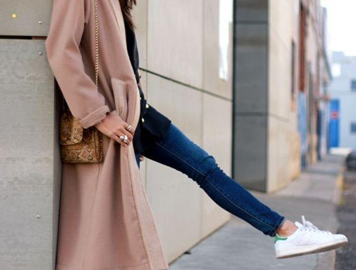 comment porter des stan smith, manteau long couleur pastel, paire de jeans, cheveux bruns
