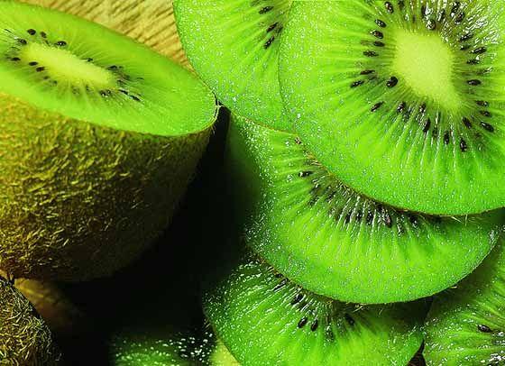 Le kiwi a la capacité de diminuer le taux de cholestérol dans le sang et de prévenir les maladies cardiovasculaires. Selon de récentes études, une consommation de 2 kiwis pendant 8 jours augmenterait le taux de HDL-C (le bon cholestérol) et les taux de vitamines E et C. Ces vitamines augmentent l'activité antioxydante et purifient le corps.