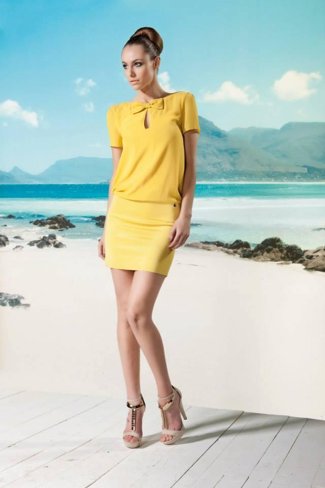 Leuke gele dress van Rinascimento. Mooi strikje aan de bovenkant voor die zakelijke look. Zwart jasje, high heels en je bent klaar voor jouw afspraak!