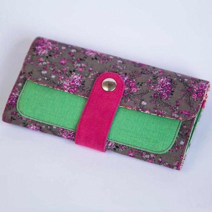 Нежный женский клатч Handmade от молодого отечественного бренда Yak Faino, сшитый вручную мастером из трех видов натуральной ткани – джинс, лен и хлопок. Верхняя сторона клатча имеет принт изящных ветвей цветущей сакуры на серебристо-сером фоне, дополненного нежным зеленым наружным карманом, в