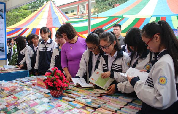Dù che ngoài trời cùng Lào Cai hưởng ứng Ngày sách Việt Nam lần 4/2017
