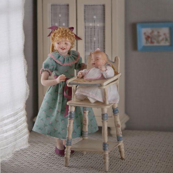 Porcelaine avec robe à motifs, fille échelle 01:12 pour maison de poupées. OOAK