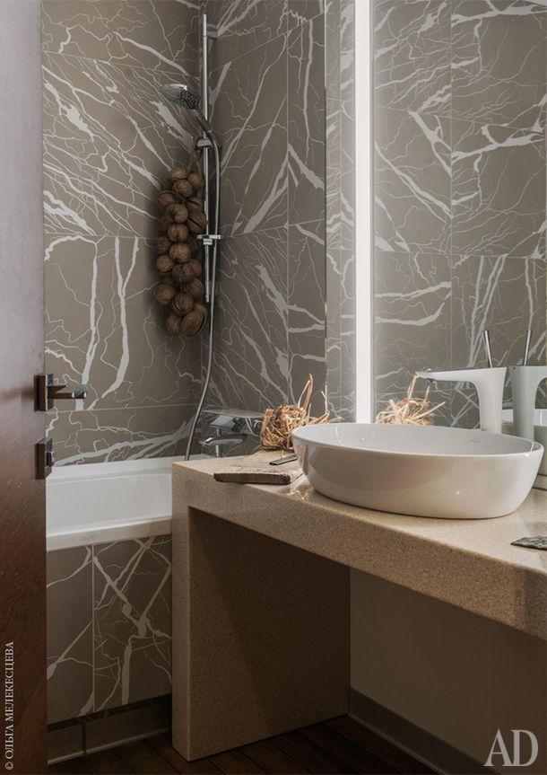 Санузел. Ванная отделана плиткой Ornamenta. Раковина и ванна Villeroy & Boch.