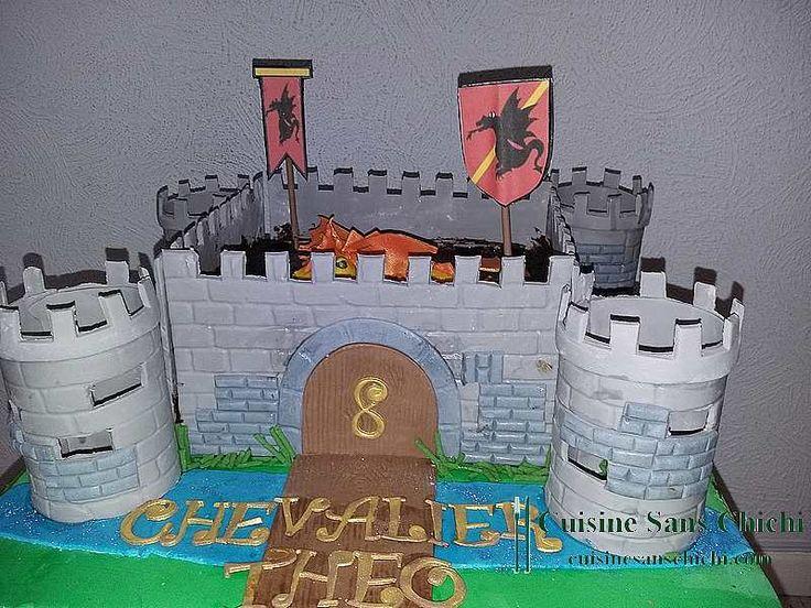 Gâteau à thème : chevalier pour anniversaire 8 ans d'un petit garçon. La décoration est réalisée à la main en pâte à sucre, tout est comestible.
