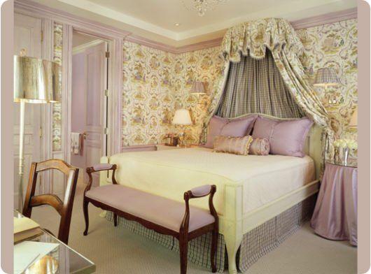 Декор спальни в стилистике romantique. Балдахин из ткани-компаньона обоев, и милые акцентные детали из розового атласа.