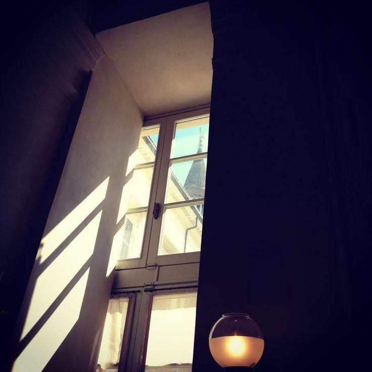 Finestre. D'estate ogni domenica mattina prima il caffè poi la musica.  #caffegiacomo #palazzoreale #sangottardoincorte #piazzaduomo #Milano #Milan  #finestre #windows #campanile #belltower #luce #light #ombra #shadow #ilmiocaffepreferito #unpostoincuiessserefelici #igersitalia #igersmilano #whywelovemilano #loves_milano #milanodavedere #milano_go #milano_forever  #conlaverdipermilano #Ilaverdi by thegianaz