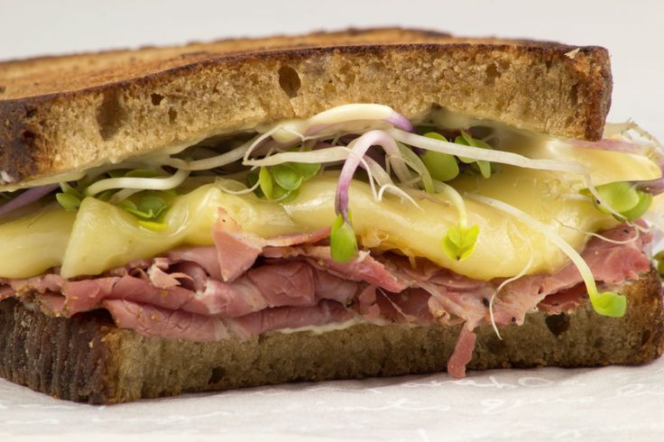 Sandwich de pastrami y queso gouda