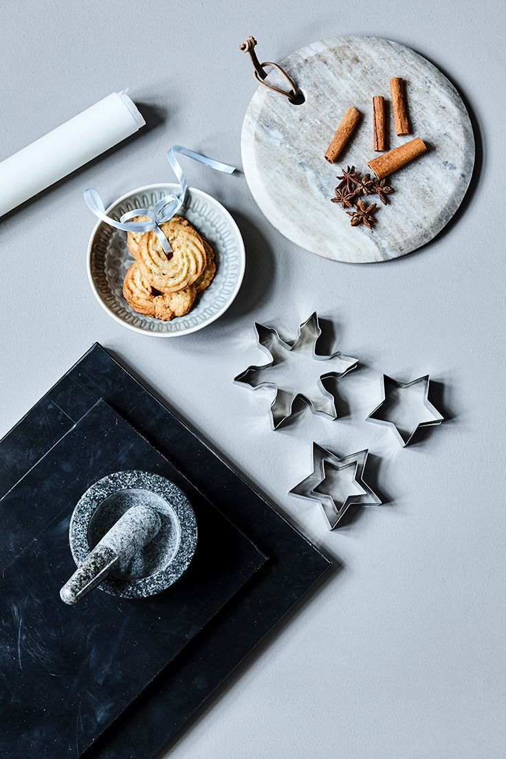 Christmas baking // Christmas decoration, cutting board, cookie cutters, serving plate and christmas tins // Explore this year's christmas collection in the new catalogue from Søstrene Grene