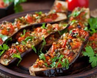 Aubergines farcies aux tomates, poivrons et piment pour brûler des calories