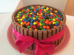Bolo de chocolate com recheio de brigadeiro e geléia de framboesa. Feito pela www.edebabar.com.