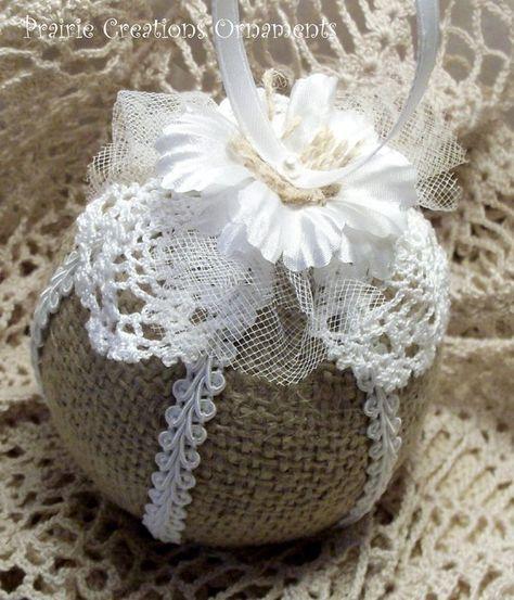 Ce 3 style matelassé ornement est un mélange unique de rustique toile de jute et de dentelle blanche parfaite. Sections de toile de jute sont séparées avec une garniture de dentelle blanche. Pétales de dentelle alternent avec des étoffes de tulle transparent blanc. Il est tout agrémenté dune fleur de soie blanche avec un morceau de toile de jute Centre maintenu en place par un axe blanc perle supportant un cintre de ruban de satin blanc.  Ornements de piqué sont très à collectionner et font…