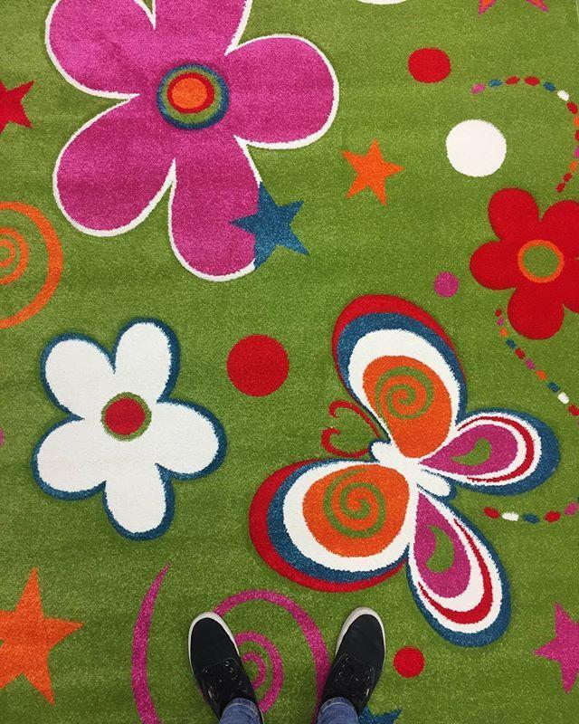 A vidámság szinonímája: Infinity 6566 zöld szőnyeg, mely színt visz minden gyerekszobába. 😊 Hamarosan ismét egy újabb színnel bővül ez a szőnyegminta! 😍😁 #vidámság #fun #imádjuk #gyerekszoba #színes #infinity #szőnyeg #drpadlo