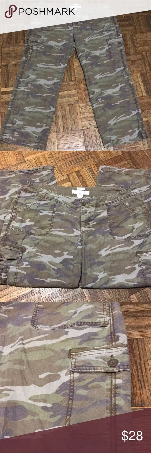 """Old Navy Women's Fatigue Cargo Pants Plus Size 20 This is a pair of Fatigue, Cargo Pants that are stretchy. They are in great condition. Inseam is approximately 29"""", Waist is about 21"""" and rise 10"""". Old Navy Pants"""
