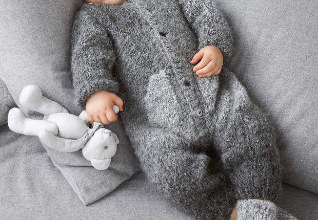 Une combinaison tricotéeAvec cette combinaison grise toute douce, habillez bébé pour l'hiver. Tricotée en côtes 1/1 et en jersey, cette réalisation est idéale pour se perfectionner en tricot.