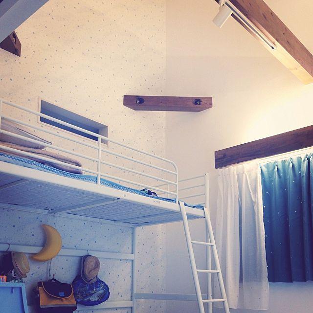 ベッド周り 光る壁紙 星柄 吹き抜け天井 ロフトベッド などの