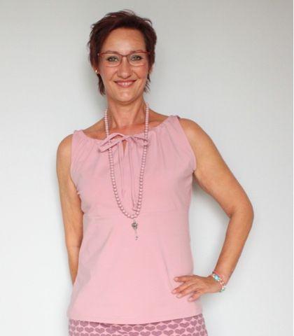 Hallo ihr Lieben, ich habe mir mal wieder das Carmenshirt aus dem Buch Näh Dir Dein Kleid von Rosa P. genäht, ich glaube es ist das v...